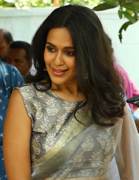 'போதை ஏறி புத்தி மாறி' படத்தில் அறிமுகமாகும் நடிகை பிரதைனி சர்வா!