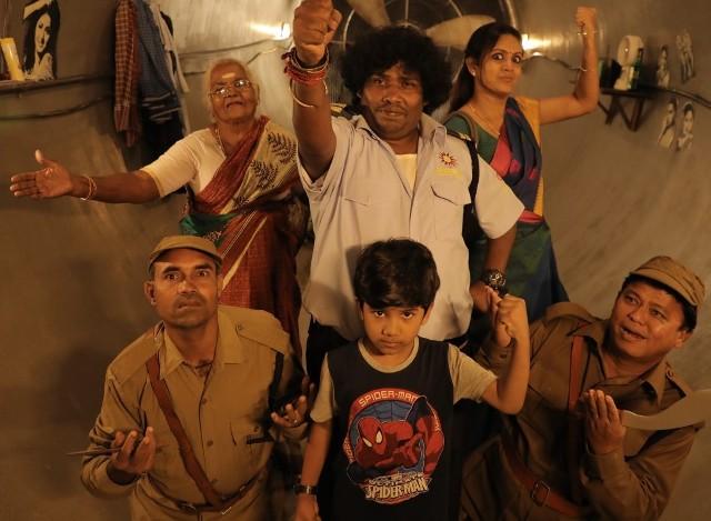 ஒரே நாள் இரவில் ஹீரோவாகும் கூர்க்காவின் கதைதான் 'கூர்கா' திரைப்படம்