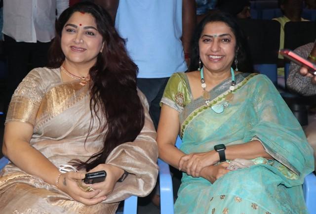 தங்களுடைய காஸ்ட்யூமர் தயாரித்த திரைப்படத்தை வாழ்த்திய சுஹாசினி-குஷ்பூ ஜோடி..!