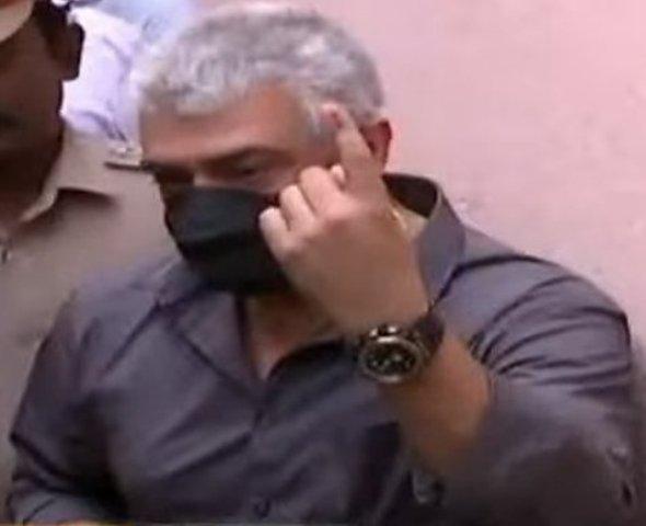 வாக்குச் சாவடியில் அஜீத்தை கோபப்பட வைத்த அவரது ரசிகர்கள்..!